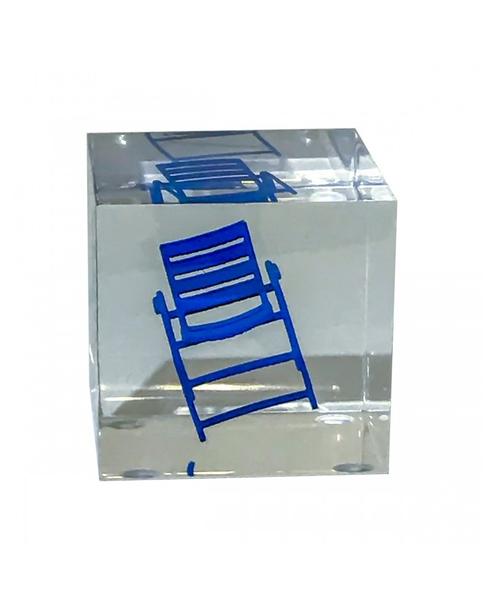 Petit cube transparent renfermant une chaise bleue
