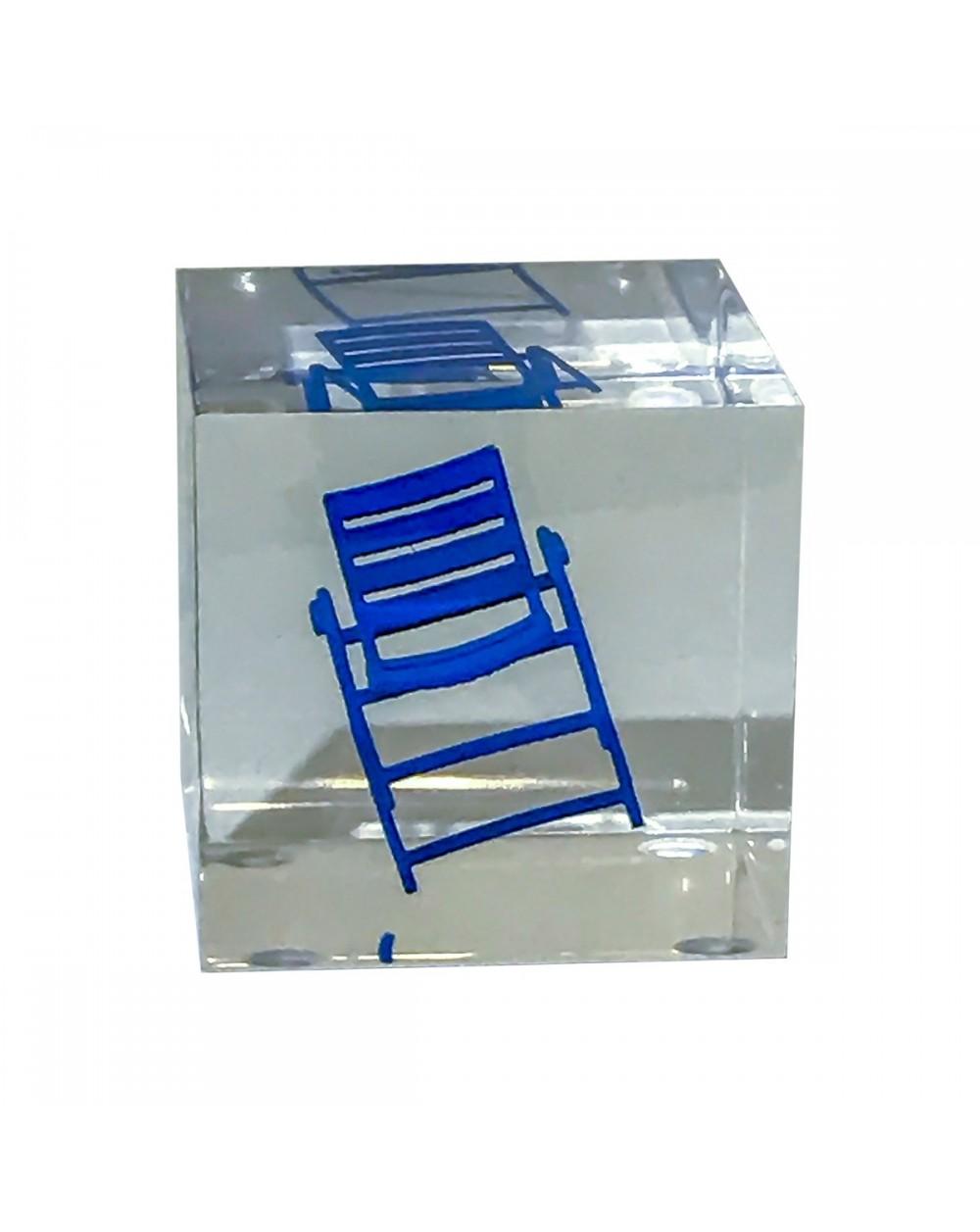 Petit cube transparent renfermant une chaise bleue