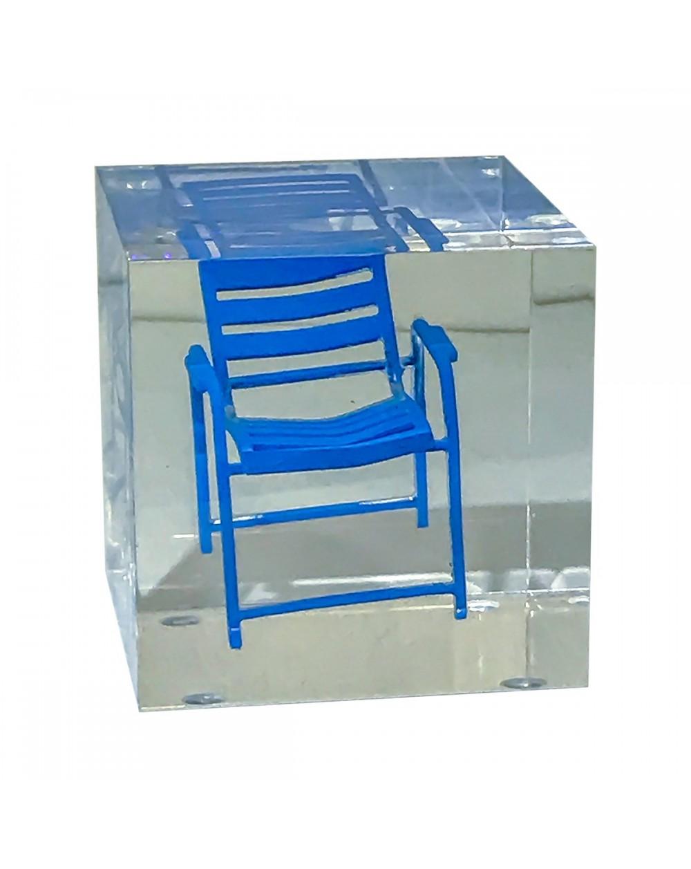 Grand cube transparent avec Chaise Bleue
