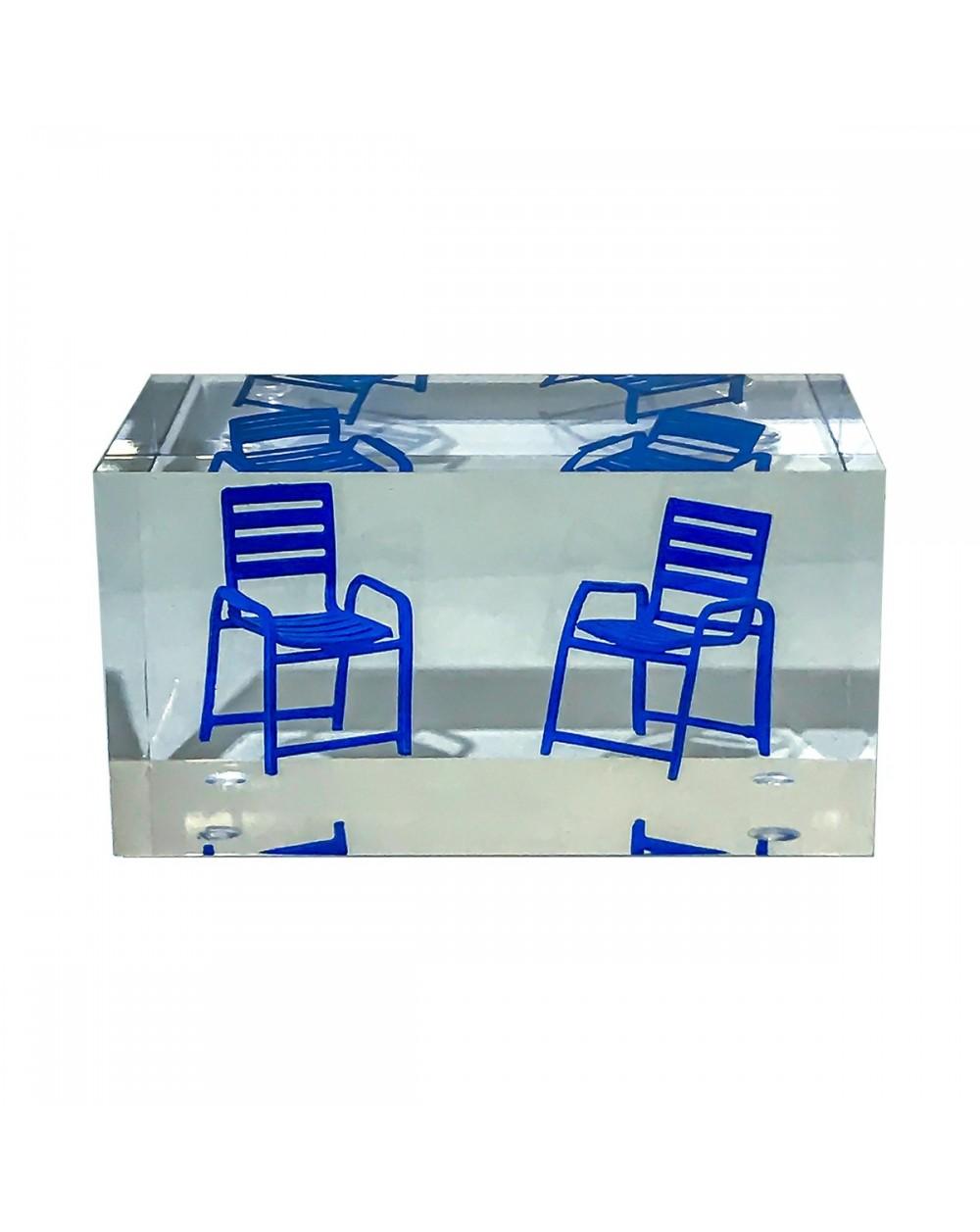 Inclusion petit pavé transparent avec 2 Chaises Bleues
